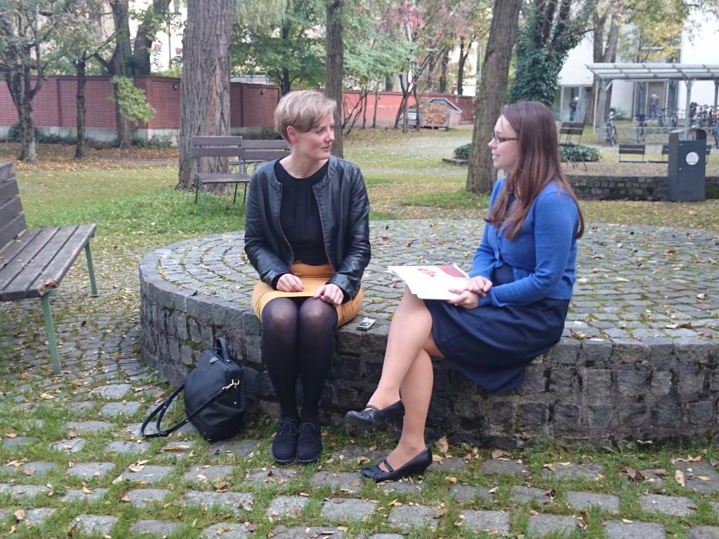 Dr. Britta Schumacher (l.) im Gespräch mit Claudia Köpfer (Hochschule München)